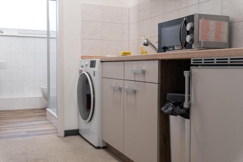 A kitchen or kitchenette at Monteurwohnung - Hostel - Zimmer - Hotel easy