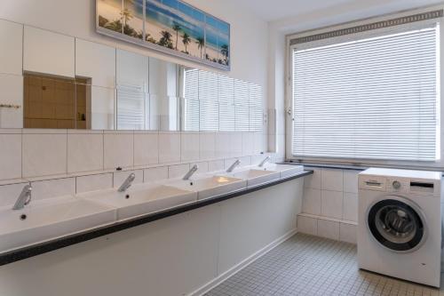 A bathroom at Monteurwohnung - Hostel - Zimmer - Hotel easy