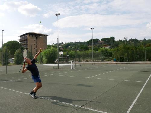Tennis and/or squash facilities at ULVF Hôtel Castel Luberon or nearby