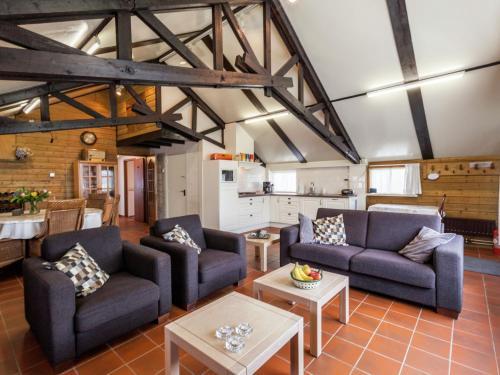 Een zitgedeelte bij Cozy Holiday Home in Oisterwijk with Swimming Pool