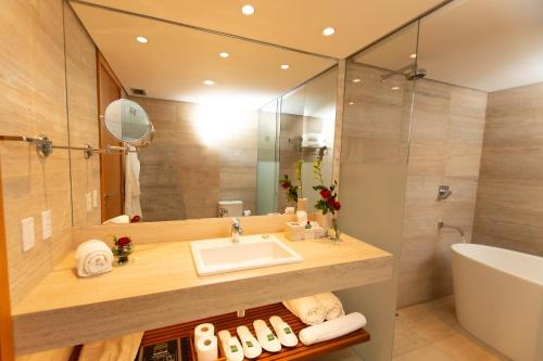 A bathroom at Quality Hotel Pampulha & Convention Center