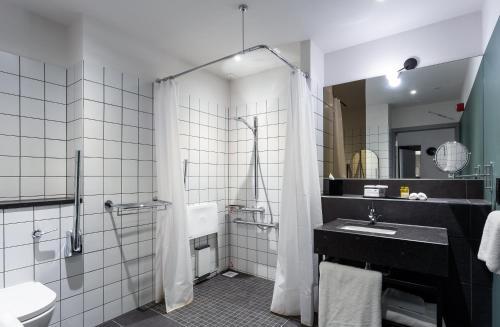 A bathroom at Hotel Indigo - Dundee, an IHG Hotel