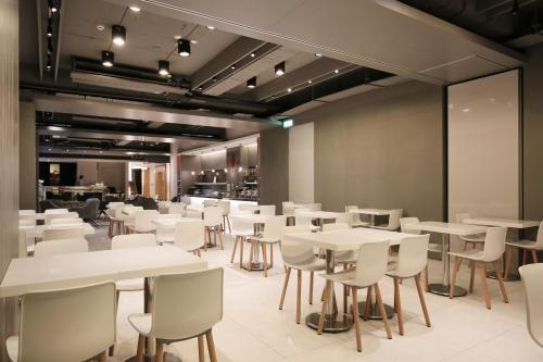 A restaurant or other place to eat at Dandy Hotel-Daan Park Branch