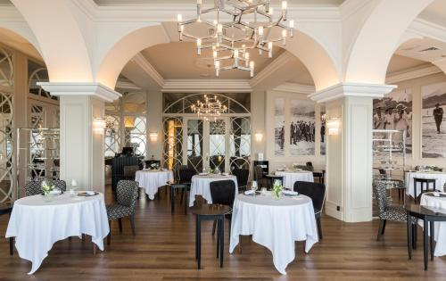 A restaurant or other place to eat at Mercure Monte Igueldo