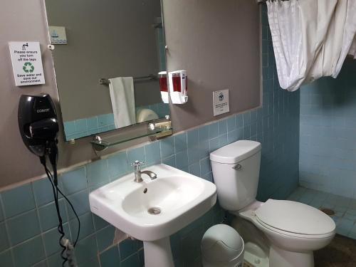 A bathroom at Managua Backpackers Inn