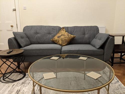 A seating area at Rugby Supreme Apartment Suite close to Hospital