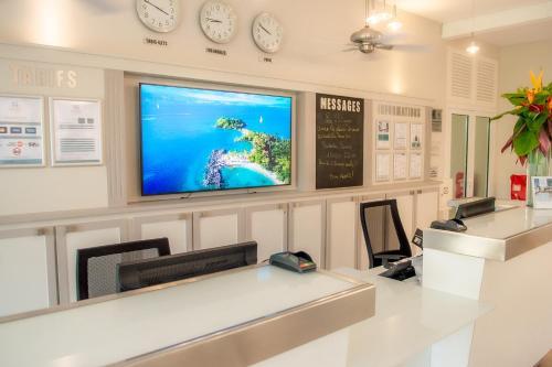 Télévision ou salle de divertissement dans l'établissement Hotel La Pagerie