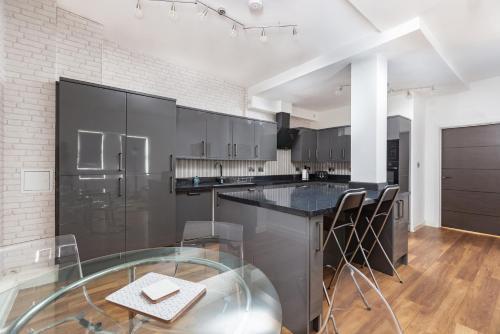 A kitchen or kitchenette at Manhattan Heights
