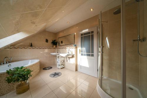 Ein Badezimmer in der Unterkunft FeWo Kunstquartier