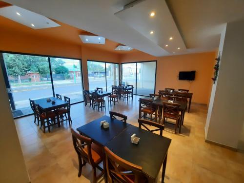 Un restaurant u otro lugar para comer en Las Moras Catriel