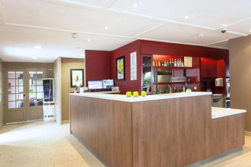 The lobby or reception area at Campanile Montpellier Sud - A709