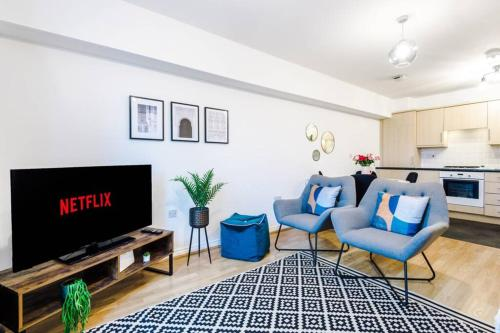 A seating area at Elegant Serviced Apartment Near City Centre, Free Parking, Netflix, WiFi, Sleeps 5