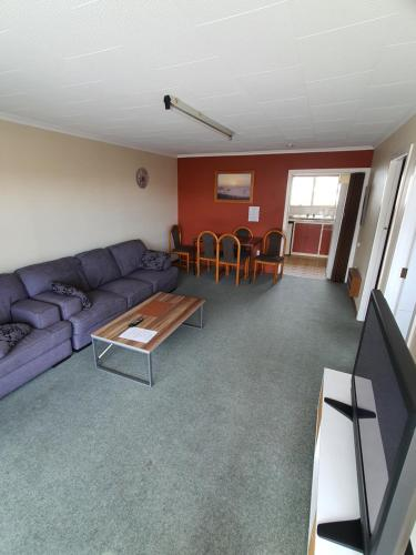 A seating area at Ascot Motor Lodge