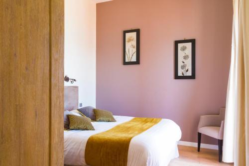 Un ou plusieurs lits dans un hébergement de l'établissement Les Galets Hôtel et B&B