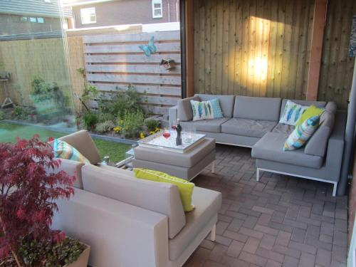 A seating area at Heerenveen zonnige hoekwoning met tuinkamer en eigen parkeerplaats