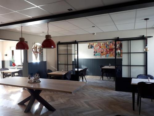 Een restaurant of ander eetgelegenheid bij Hotel De Dennen
