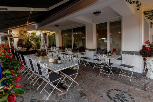 A restaurant or other place to eat at Hotel Penzion Jagodic