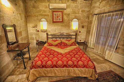 A bed or beds in a room at Travellers Cave Pension