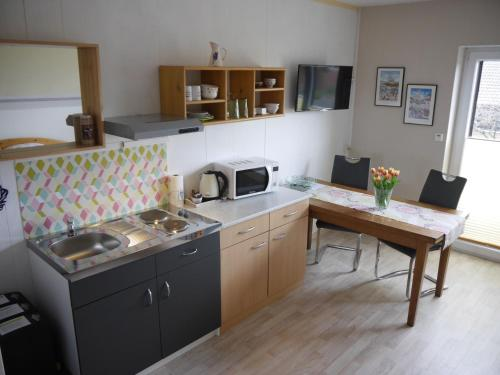 A kitchen or kitchenette at Gästehaus AM HERMANN