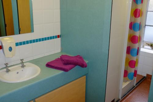 A bathroom at Bath YMCA Hostel