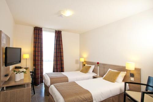 Ein Bett oder Betten in einem Zimmer der Unterkunft Séjours & Affaires Manosque Le Moulin Neuf