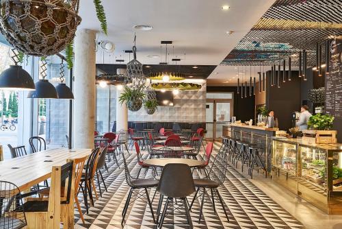 Un restaurante o sitio para comer en Ibis Barcelona Plaza Glòries 22@