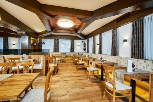 Ein Restaurant oder anderes Speiselokal in der Unterkunft Hotel Rupertihof
