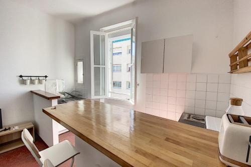 A kitchen or kitchenette at A Stone's Throw from the Sea