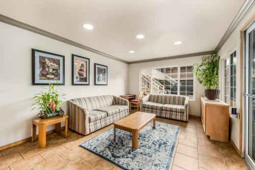 A seating area at Americas Best Value Inn - Ukiah