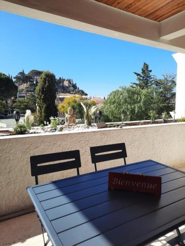 A balcony or terrace at Mon petit Paradis, Cassis centre Apt 90 m2, 200 m Mer, terr plein sud, clim park privé