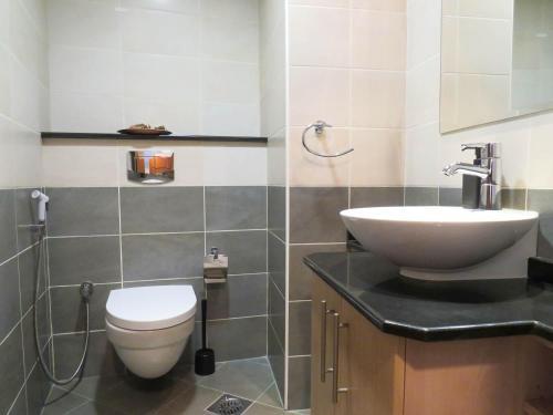 A bathroom at Comfortable Partial Palm View 1 BR Dubai Marina