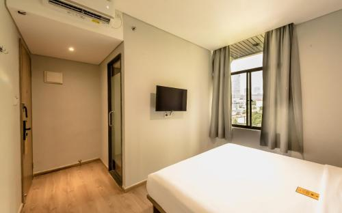 A bed or beds in a room at Yellow Bee Tanah Abang