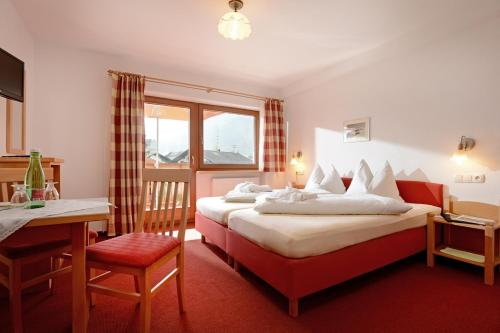 A bed or beds in a room at Hotel Feichter