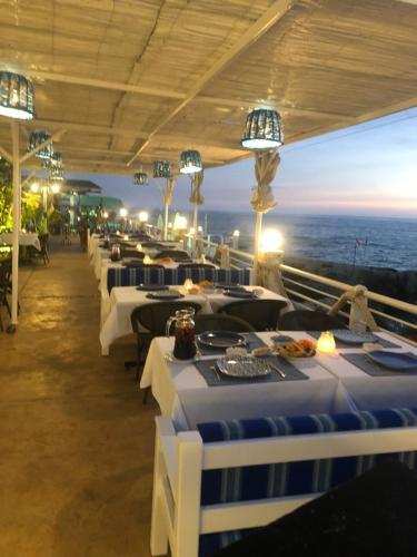 A restaurant or other place to eat at Le Blanc Bleu