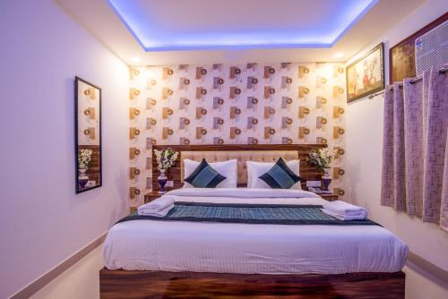 A bed or beds in a room at Hotel Festival Mahipalpur Delhi Airport - Fully Vaccinated Staff