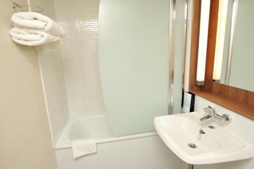 A bathroom at Campanile Pont-à-Mousson