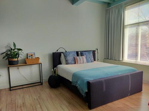 A bed or beds in a room at B&B Hart van Leiden