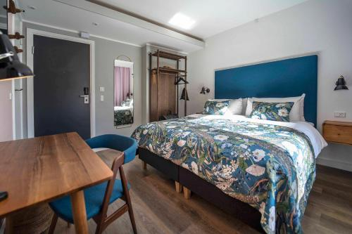 A bed or beds in a room at h27