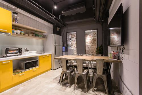 A kitchen or kitchenette at Taipei Sunny Hostel