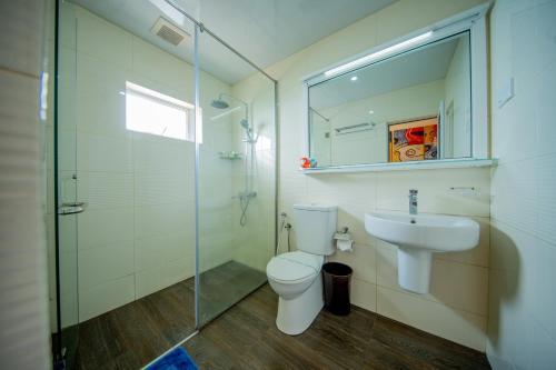 A bathroom at Olympus Plaza Hotel