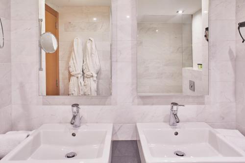 Een badkamer bij Hotel Silken Indautxu