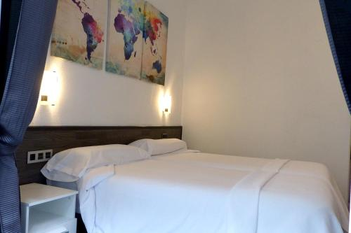 A bed or beds in a room at Pensión Donostiarra