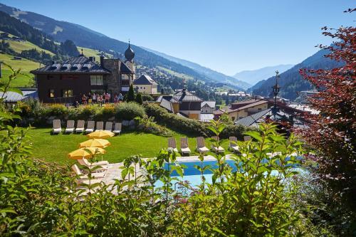 Uitzicht op het zwembad bij Hotel Saalbacher Hof of in de buurt
