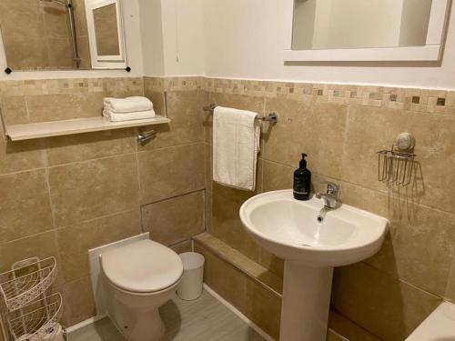 A bathroom at Farriers Court