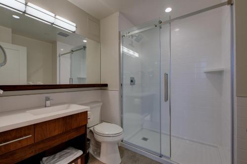 A bathroom at Strathcona Hotel