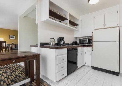Una cocina o zona de cocina en The Suites at Fisherman's Wharf
