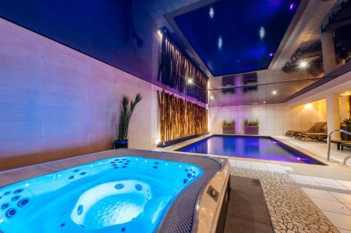 Der Swimmingpool an oder in der Nähe von Best Western Plus Au cheval Blanc à Mulhouse
