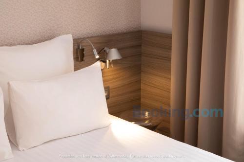 Een bed of bedden in een kamer bij Hôtel des 3 Collèges