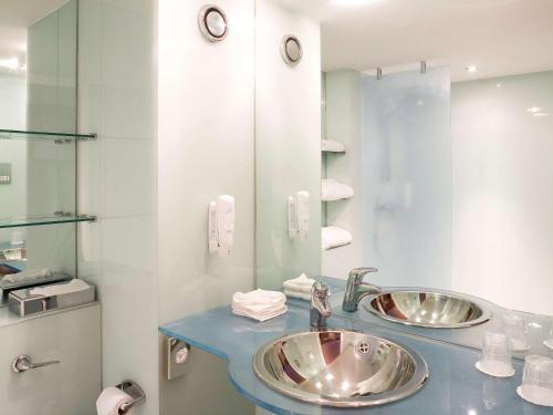 A bathroom at ibis Swansea