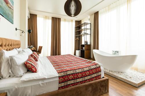 Ein Bett oder Betten in einem Zimmer der Unterkunft Hotel Flower